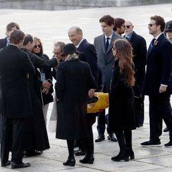Cristóbal Martínez-Bordiú besa al prior del Valle de los Caídos en presencia de su familia en la exhumación de Franco