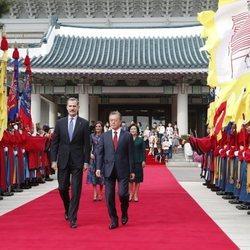 Los Reyes Felipe y Letizia, recibidos por el Presidente y la Primera Dama de Corea del Sur al comienzo de su Visita de Estado a Corea