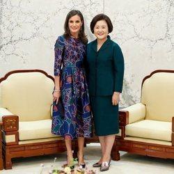 La Reina Letizia en su reunión con la Primera Dama de Corea del Sur