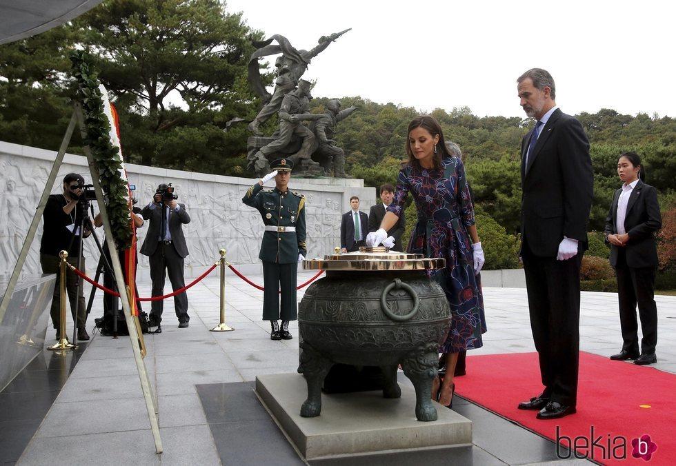 Los Reyes Felipe y Letizia realizan una ofrenda floral en su Visita de Estado a Corea