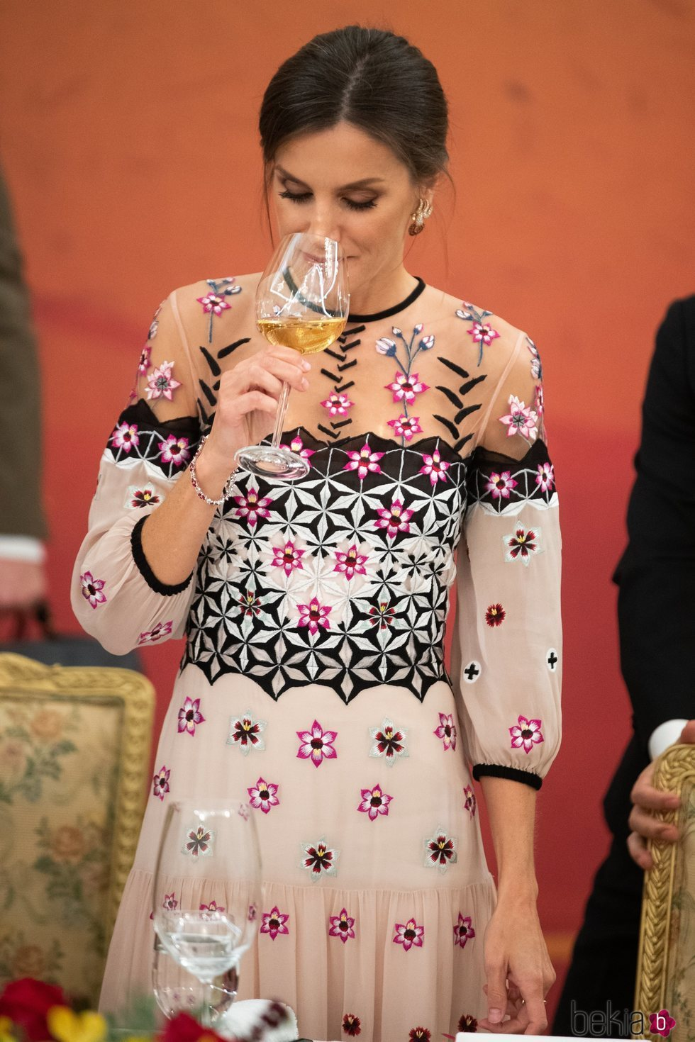 La Reina Letizia mirando su copa en la cena de gala por el Visita de Estado a Corea del Sur