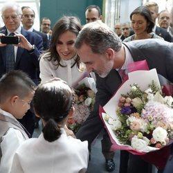Los Reyes Felipe y Letizia, muy cariñosos con unos niños en su Visita de Estado a Corea del Sur