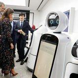 Los Reyes Felipe y Letizia viendo robots en el LG Sciencepark en su Visita de Estado en Corea del Sur