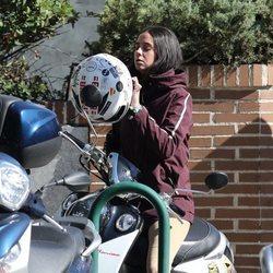 Victoria Federica poniéndose el casco de su moto