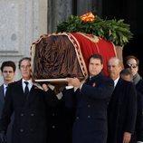 Luis Alfonso de Borbón, Francis Franco y Cristóbal Martínez-Bordiú sacan a hombros el ataúd de Franco del Valle de los Caídos
