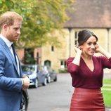 El Príncipe Harry y Meghan Markle llegando a una mesa redonda sobre igualdad de género