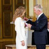 Felipe de Bélgica impone a Isabel de Bélgica la insignia de la Orden de Leopoldo en su 18 cumpleaños