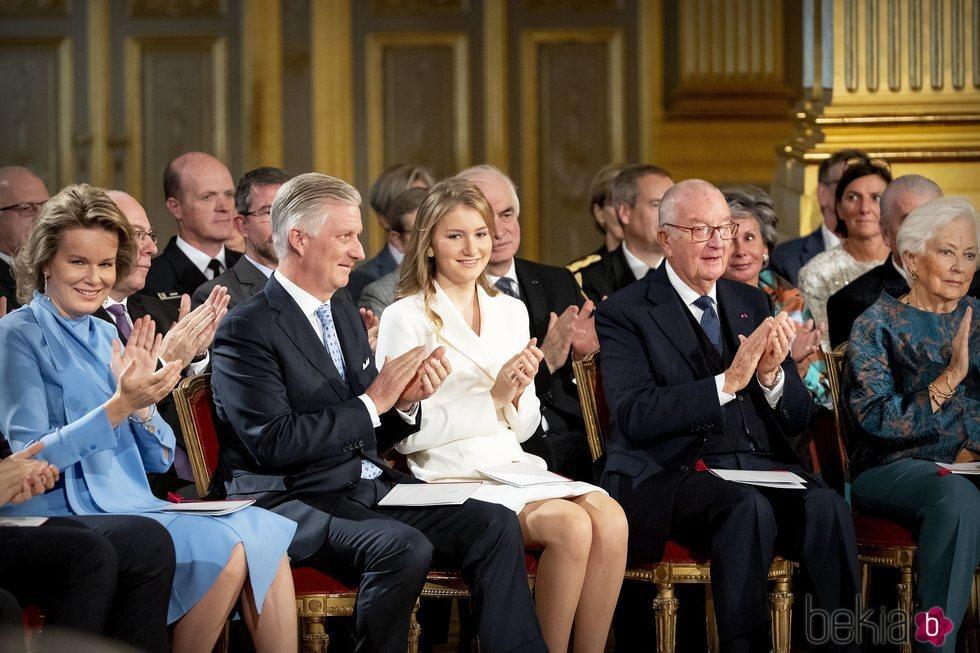Isabel de Bélgica con Felipe y Matilde de Bélgica y Alberto y Paola de Bélgica en la celebración de su 18 cumpleaños