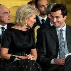 Astrid de Bélgica y su hijo Amadeo de Bélgica en el 18 cumpleaños de Isabel de Bélgica