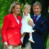 Isabel de Bélgica de pequeña con sus padres, Felipe y Matilde de Bélgica