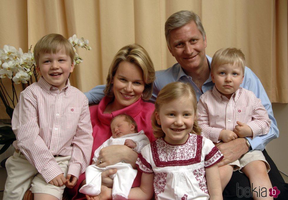 Felipe y Matilde de Bélgica con sus hijos Isabel, Gabriel, Emmanuel y Leonor cuando eran pequeños