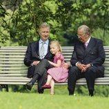 Alberto de Bélgica con su hijo Felipe de Bélgica y su nieta Isabel de Bélgica cuando era pequeña