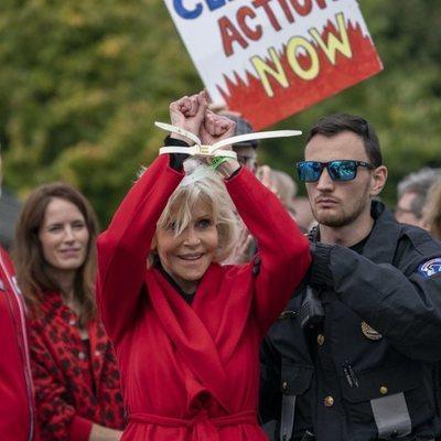 Jane Fonda mostrando cómo es detenida por su protesta contra el cambio climático