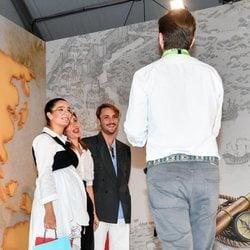 Alma Cortés repartiendo obsequios en la Feria de la Moda de Sevilla