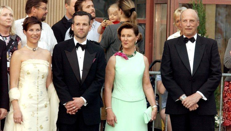 Marta Luisa de Noruega y Ari Behn con Harald y Sonia de Noruega en el concierto previo a su boda en 2002