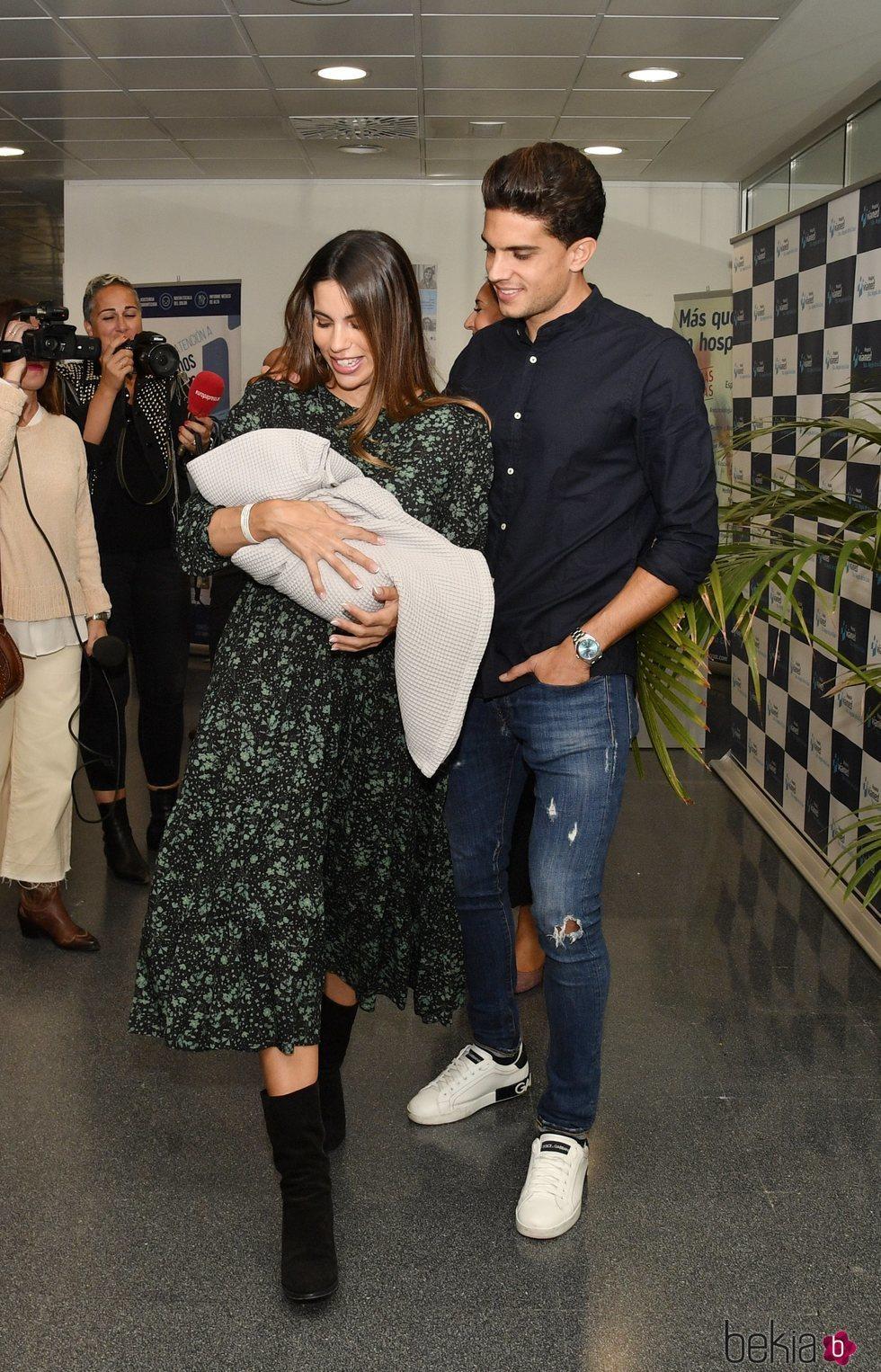 Melissa Jiménez y Marc Bartra presentan a su tercer hijo