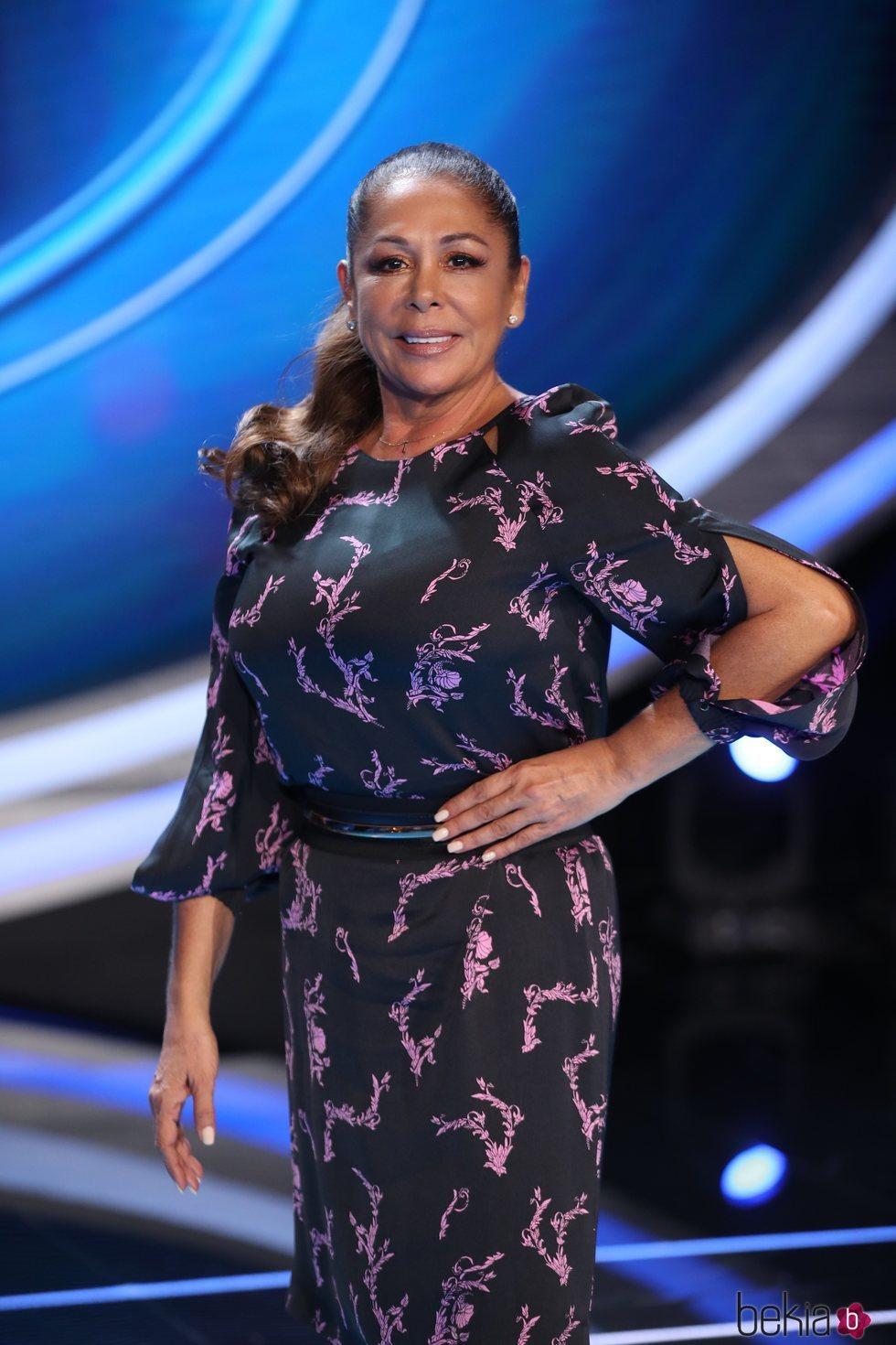 Isabel Pantoja posa muy elegante en la presentación de 'Idol Kids'