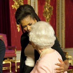 Michelle Obama abraza a la Reina Isabel