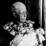 El Rey Gustavo V de Suecia posa con la Princesa Margarita en brazos