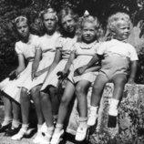 Carlos Gustavo de Suecia cuando era niño junto a sus hermanas