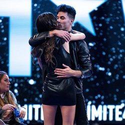 Kiko Jiménez y Sofía Suescun se abrazan en la séptima gala de 'Límite 48 horas'