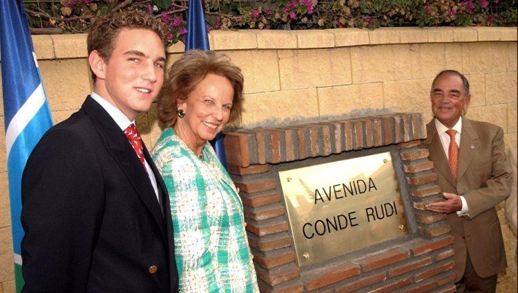 El Conde Rudi posa con su mujer y su hijo tras descubrir la placa de la avenida con su nombre en Marbella