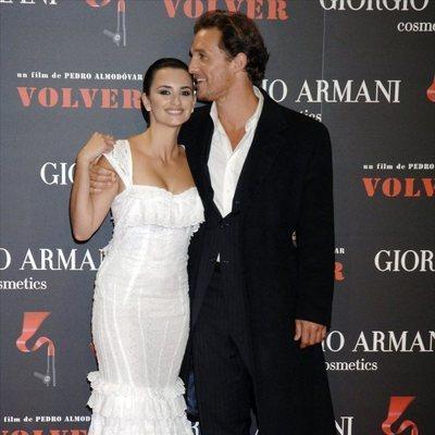 Penélope Cruz y Matthew McConaughey en la premiere de la película 'Volver'
