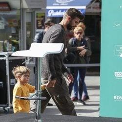 Gerard Piqué en la plaza de Callao con su hijo Sasha