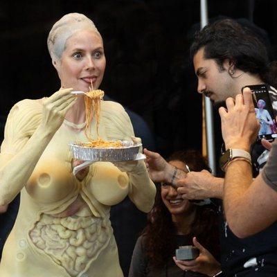 Heidi Klum comiendo en su preparación para Halloween 2019