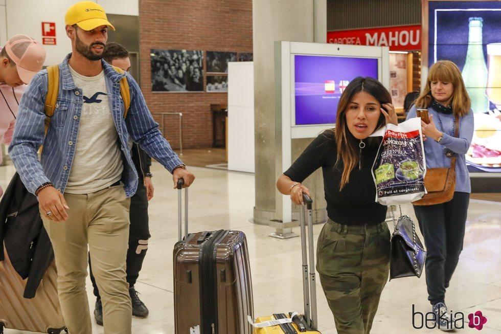 Asraf Beno y Chabelita Pantoja en el aeropuerto de Madrid tras regresar de Dubai