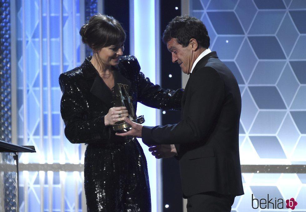 Dakota Johnson entregando el premio a Antonio Banderas