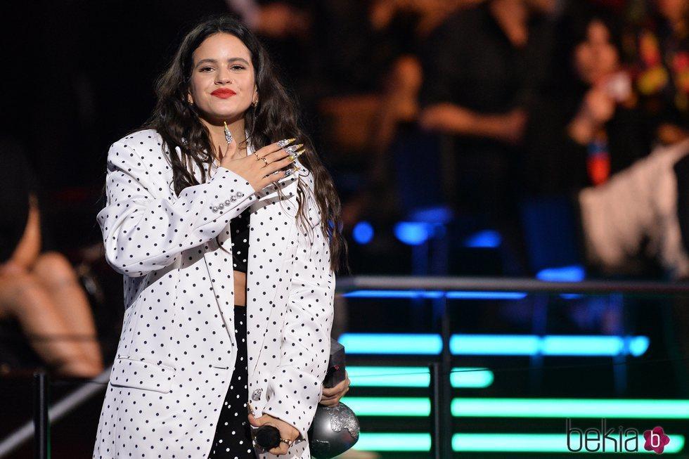 Rosalía emocionada tras recibir un premio MTV EMA 2019