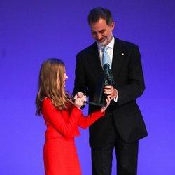 El Rey Felipe pasa a la Princesa Leonor un trofeo de los Premios Fundación Princesa de Girona 2019