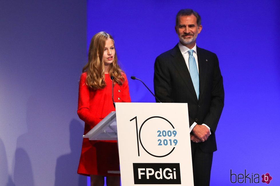 El Rey Felipe mira orgulloso a la Princesa Leonor mientras pronuncia su primer discurso en los Premios Princesa de Girona 2019