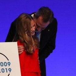 El Rey Felipe besa a la Princesa Leonor tras su discurso en los Premios Princesa de Girona 2019