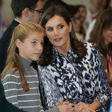 La Reina Letizia habla a la Infanta Sofía en el acto final de los Premios Princesa de Girona 2019