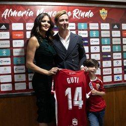 Guti, Romina Belluscio y Enzo en la presentación del futbolista en el Almería
