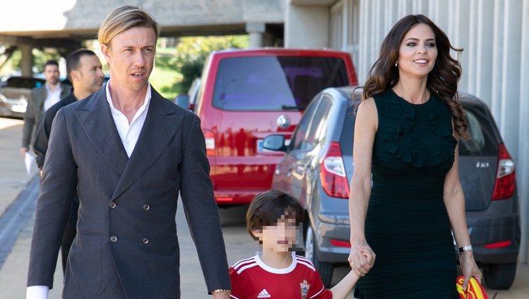 Guti junto a Romina Belluscio y el pequeño Enzo acudiendo a la presentación del futbolista en el Almería