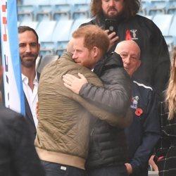 El Príncipe Harry se da un abrazo con Gareth Thomas