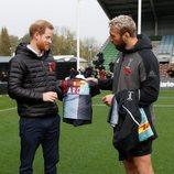 El Príncipe Harry recibe una camiseta con el nombre de su hijo Archie