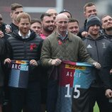 El Príncipe Harry en un acto con Gareth Thomas y jugadores del club de rugby King's Cross Steelers
