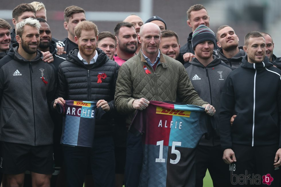 El Príncipe Harry en un acto con Gareth Thomas y jugadores del club de rugby King's Cross Steelers