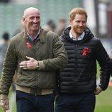 El Príncipe Harry con Gareth Thomas en un acto para resaltar la importancia de las pruebas de VIH