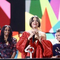 Lola Índigo recibiendo el Premio a Artista Revelación en Los 40 Music Awards 2019