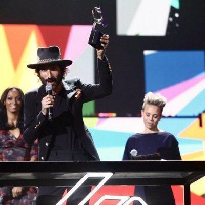 Leiva recogiendo el Premio Álbum del Año por 'Nuclear' en Los 40 Music Awards 2019