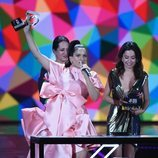 Rosalía recogiendo el Premio Artista del Año en Los 40 Music Awards 2019