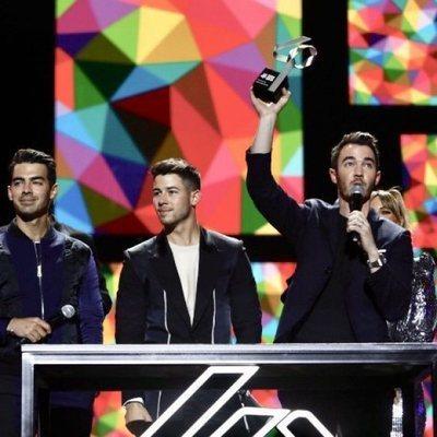 Jonas Brothers recibiendo el Premio Artista Internacional del Año en Los 40 Music Awards 2019