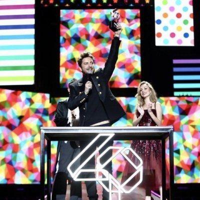 Manuel Carrasco recibiendo el Premio Gira del Año en Los 40 Music Awards 2019