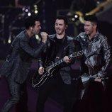 Los Jonas Brothers en su actuación en Los 40 Music Awards 2019