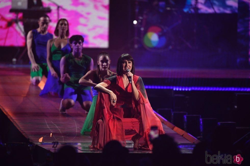 Amaral durante su actuación en Los 40 Music Awards 2019